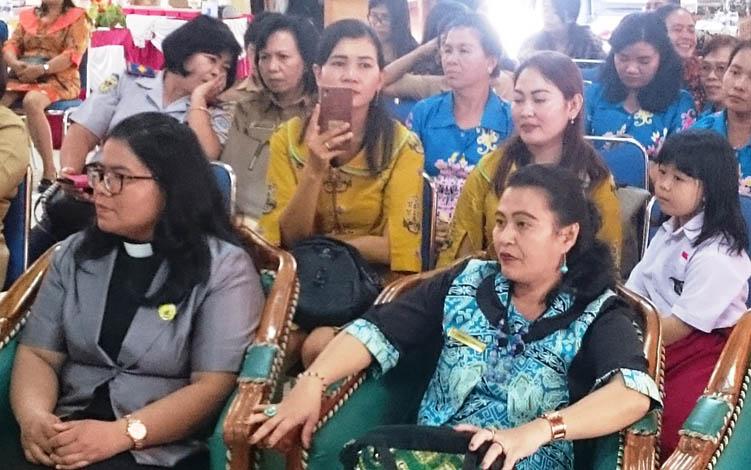 Anggota DPRD Kabupaten Gunung Mas, Rayaniatie Djangkan (kanan) saat menghadiri Festival Pangan Lokal B2SA Kabupaten Gunung Mas 2019.