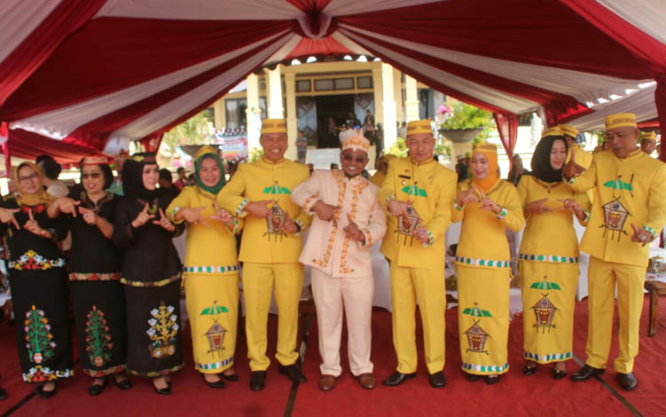 Wagub Kalteng, Bupati dan Wabup Lamandau, Ketua DPRD beserta istri, masing-masing saat berfoto dengan pose simbol angka 17 usai mengikuti upacara Hari Jadi Lamandau.