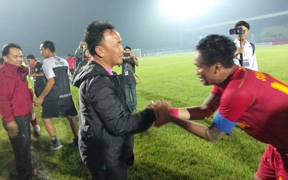 Gubernur Kalteng Sugianto Sabran bersama CEO Kalteng Putra Agustiar Sabran turun ke lapangan menyalami para pemain Kalteng Putra seusai mengalahkan Arema dengan skor akhir 4-2, Rabu, 7 Agustus 2019 malam.
