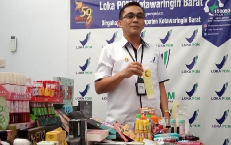 Kepala Loka POM Kobar Kodon Tarigan memperlihatkan produk kosmetik tanpa izin edar atau yang diduga mengandung zat berbahaya.