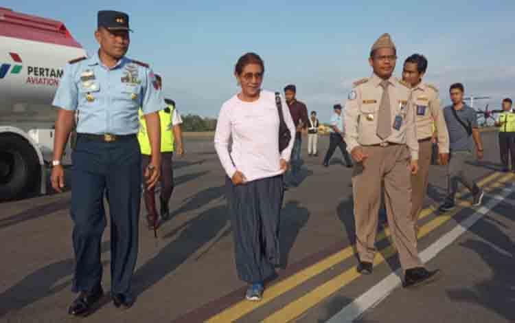 Menteri Kelautan dan Perikanan Susi Pudjiastutisaat singgah sejenak di Bandara Iskandar Pangkalan Bun