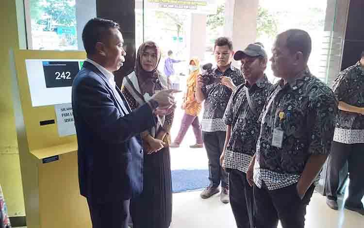 Ketua BPRS Provinsi Kalteng Bulkani berbincang dengan Diretur RSSI Pangkalan Bun dr Fachrudin