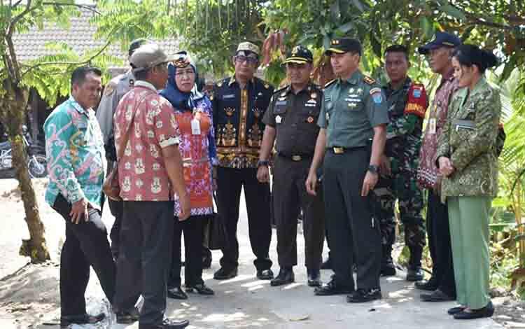Dandim 1011 KLK Letkol Kav Bambang Kristianto Bawono saat meninjau lokasi semenisasi jalan hasil TMMD di Desa Wargo Mulyo, Kamis, 8 Agustus 2019.