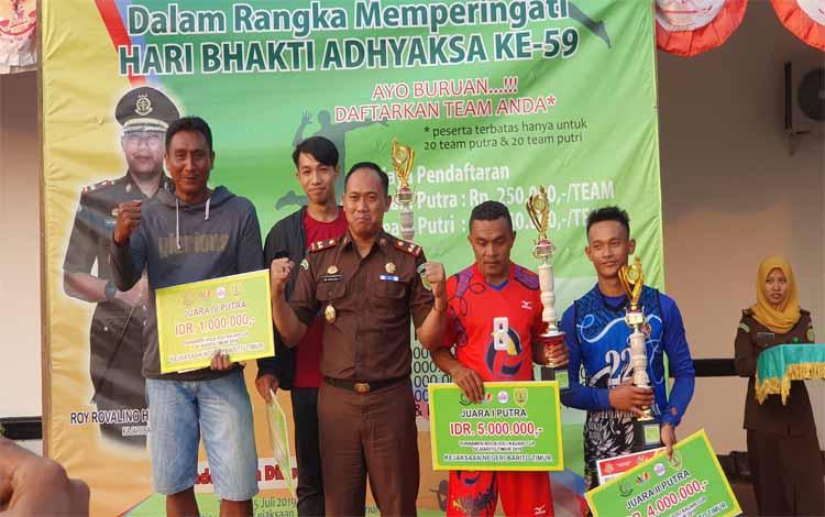 Kepala Kejaksaan Negeri Barito Timur Roy Rovalino Herudiansyah foto bersama dengan para juara