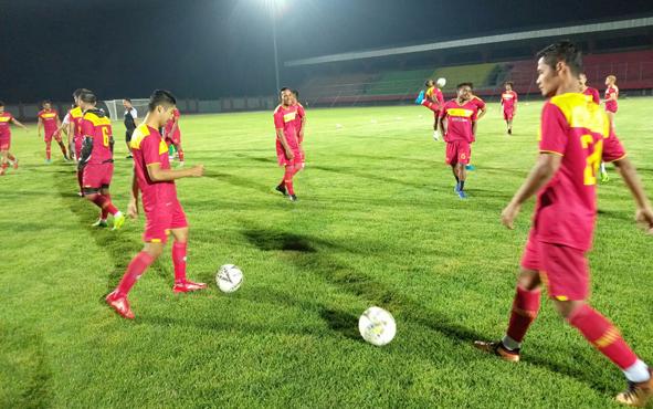 Skuad Kalteng Putra menjalani latihan di Stadion Tuah Pahoe, Palangka Raya, beberapa waktu lalu.