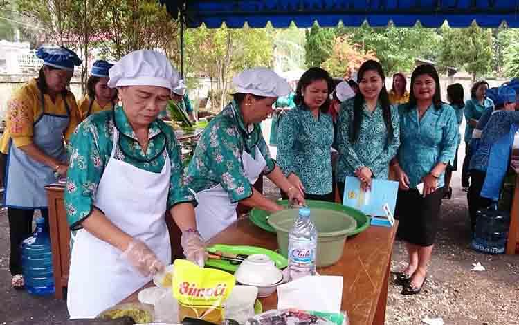 Ketua TP PKK Kabupaten Gunung Mas, Mimi Mariatie Jaya S Monong (dua dari kanan) dan lainnya melihat aktivitas lomba memasak.