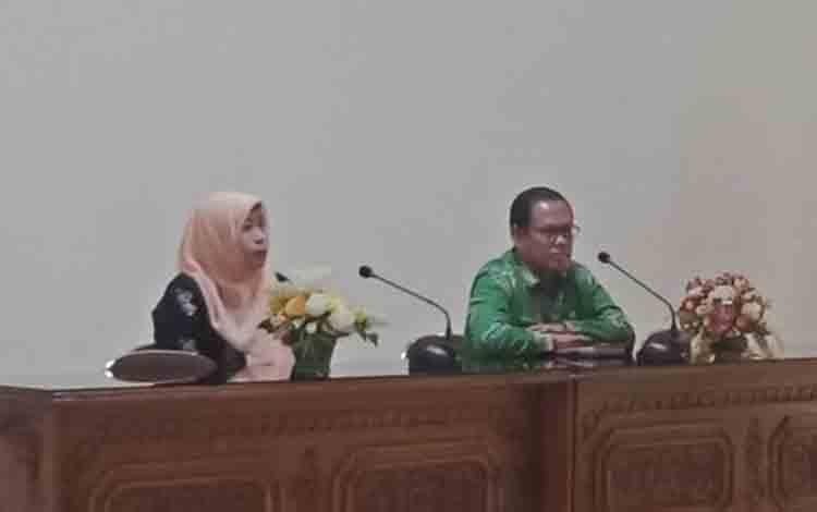 Kasi Pengendalian Kerusakan Lingkungan Hidup DLH Kalimantan Tengah, Merty Ilona bersama Kepala DLH Barsel, Edi Kristianto