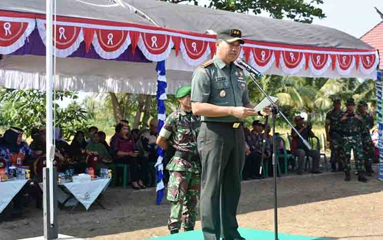 Dandim 1011 KLK Letkol Kav Bambang Kristianto Bawono saat jadi inspektur upacara pada penutupan TMMD di Desa Wargo Mulyo pada Kamis, 8 Agustus 2019