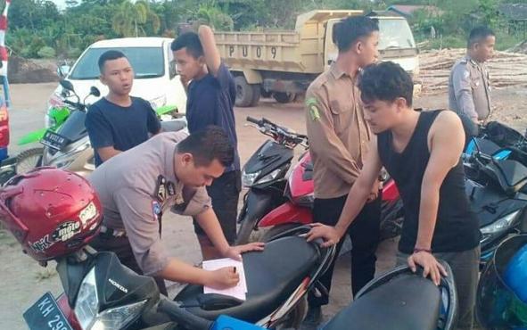 Polisi menilang para pelaku balap liar di kawasan Bandara H Asan Sampit, Jumat, 9 Agustus 2019.