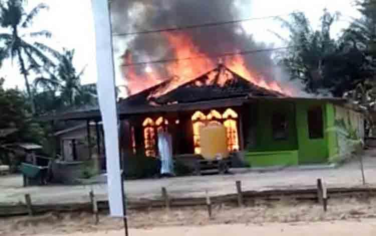 Rumah milik Iswanti, warga Desa Jangkar Prima, kecamatan Sematu Jaya dalam kondisi dilalap api.