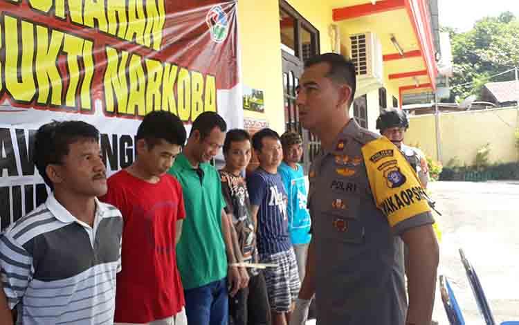 Wakapolres Kotawaringin Barat Kompol Rohman Yonky Dilatha saat mengintrograsi para pelaku