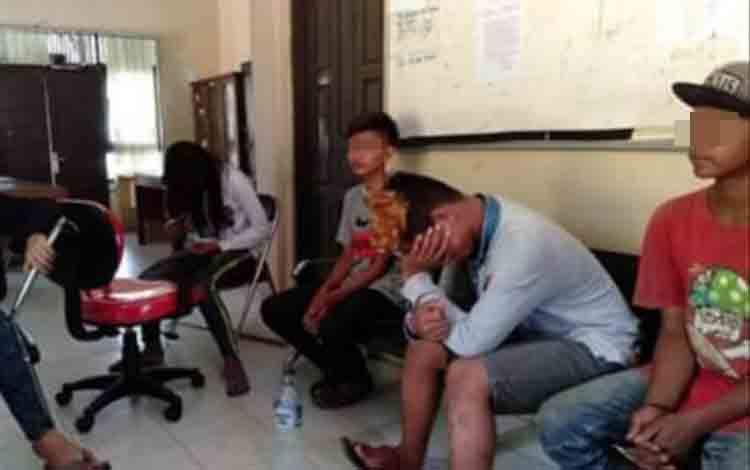 Remaja yang sedang mabuk-mabukan lem saat diamankan anggota Satpol PP Kobar.