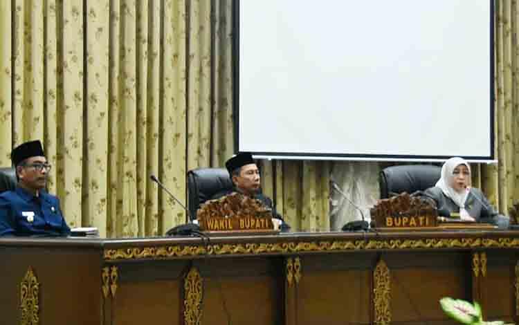 Wakil Ketua I DPRD Barito Utara, Ir Hj Mery Rukaini  didampingi Bupati Barito Utara, H Nadalsyah, Wakil Bupati, Sugianto Panala Putra saat memimpin sidang paripurna.