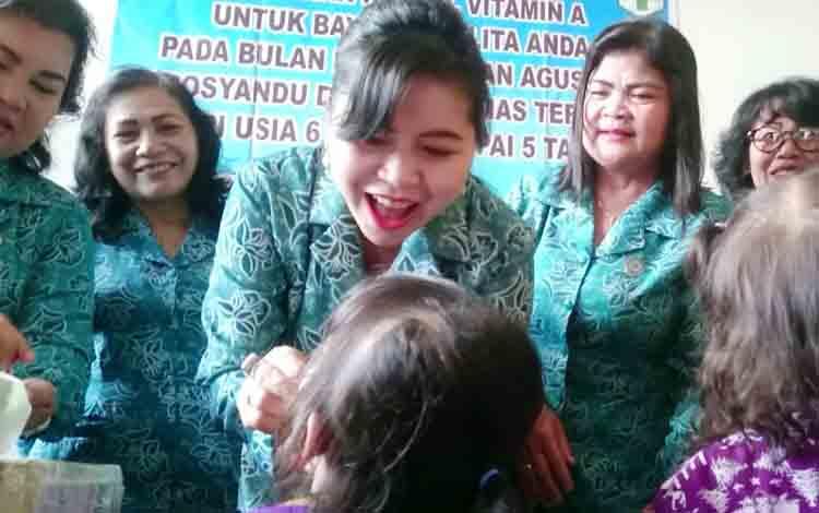 Ketua TP PKK Kabupaten Gunung Mas, Mimie Mariatie Jaya S Monong memberikan kapsul vitamin A