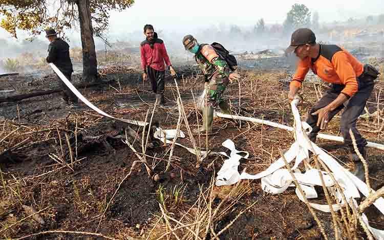 Bahu membahu memadamkan kebakaran lahan, Jumat, 9 Agustus 2019
