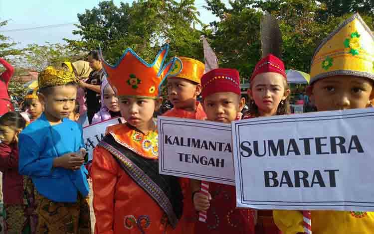 Sejumlah anak PAUD mengenakan berbagai jenis pakaian adat pada Karnaval Budaya dalam memeringati Gebyar PAUD 2019.