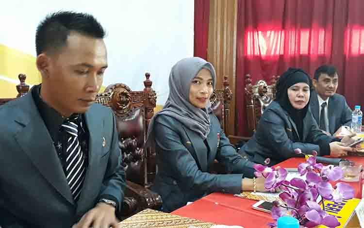 Ketua KPU Kabupaten Kapuas Jamilah Maisura (dua kanan) bersama komisioner lainnya seusai rapat pleno terbuka di GPU Manggatang Tarung, Sabtu, 10 Agustus 2019.