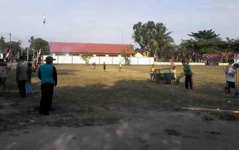 Warga Kasongan membersihkan lokasi salat Id di Lapangan Gagah Lurus.
