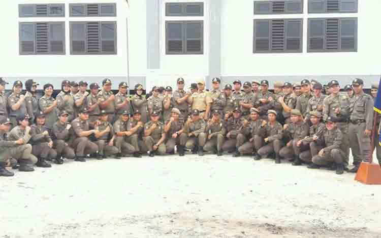 Satpol PP Kota Palangka Raya saat foto bersama di kompleks perkantoran baru.