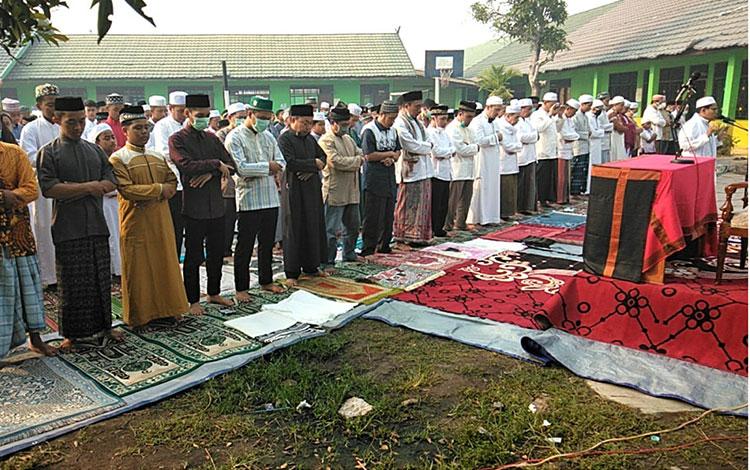 Salat Istisqo di halaman Pondok Pesantren Darul Amin, Palangka Raya