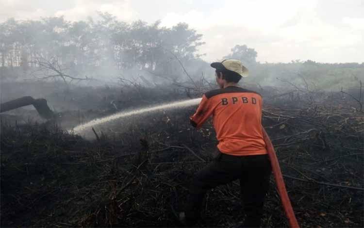 Personel TRC BPBD Kapuas memadamkan api di Desa Maluen, Kecamatan Basarang