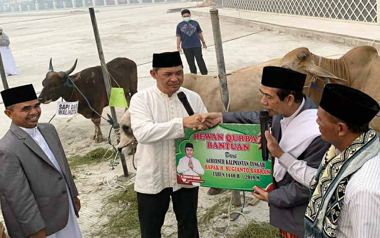 Sekda Kalteng Fahrizal Fitri menyerahkan sapi kurban dari Gubernur Sugianto Sabran untuk Masjid Raya Darussalam, Minggu, 11 Agustus 2019