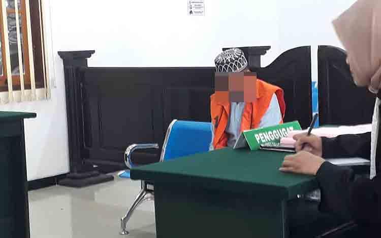 Terdakwa Rn (48) tertunduk saat mendengar putusan yang dibacakan oleh majelis hakim Pngadilan Negeri Pangkalan Bun, Senin, 12 Agustus 2019.