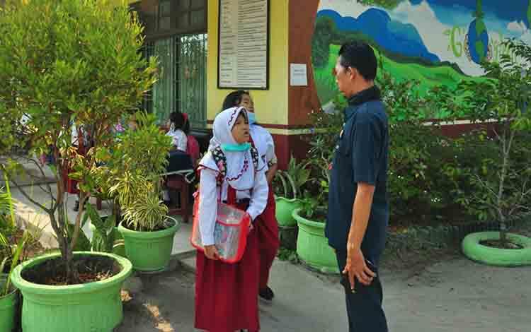 peserta didiK SDN 6 Palangka sedang menunggu jemputan orangtua