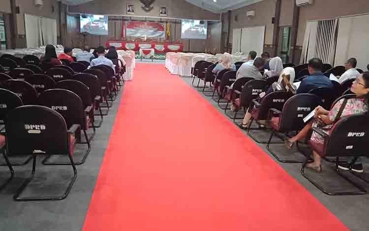 Tampak sejumlah anggota dewan yang akan dilantik sudah hadir di ruang paripurna DPRD Kotim.