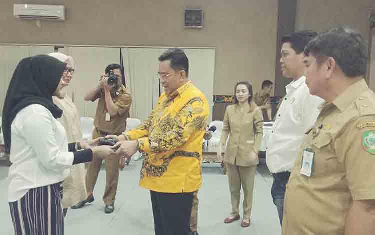 Modika Latifah Munawarah Ketua DPRD Kotim sementara saat gladi pelantikan menerima palu pimpinan dari pimpinan sebelumnya.