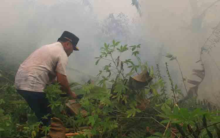 Gubernur Kalteng, Sugianto Sabran saat melakukan pemadaman secara manual di Kawasan Adonis Samad Kota Palangka Raya