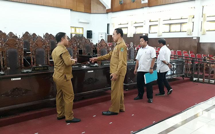 Sekretaris DPRD Kapuas Salman saat meninjau persiapan tempat pelantikan Anggota DPRD Kapuas periode 2019-2024 pada Selasa, 13 Agustus 2019.