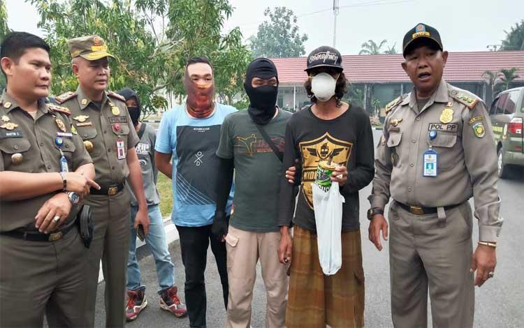 Satu terduga pelaku pembakaran lahan (dua dari kanan) diamankan petugas Satpol PP
