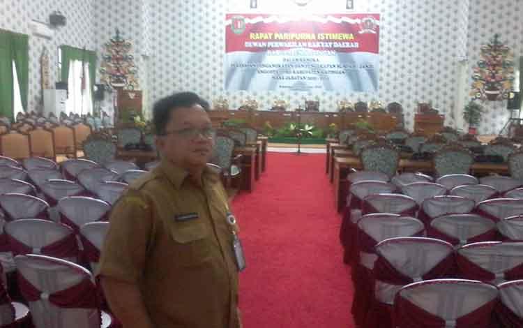 Sekretaris DPRD Kabupaten Katingan, Doddy mengecek persiapan ruang rapat paripurna istimewa dalam rangka pelantikan anggota DPRD Katingan.