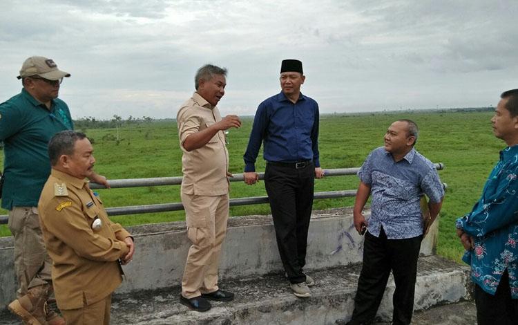 Bupati Sukamara Windu Subagio bersama dengan Bupati Ketapang Kalimantan Barat Martin Rantan saat meninjau Jembatan Jelai.