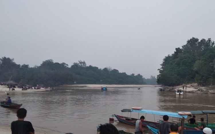 Tim saat sedang melakukan pencarian jenazah mahasiswa UGM yang tenggelam di Sungai Rungan.