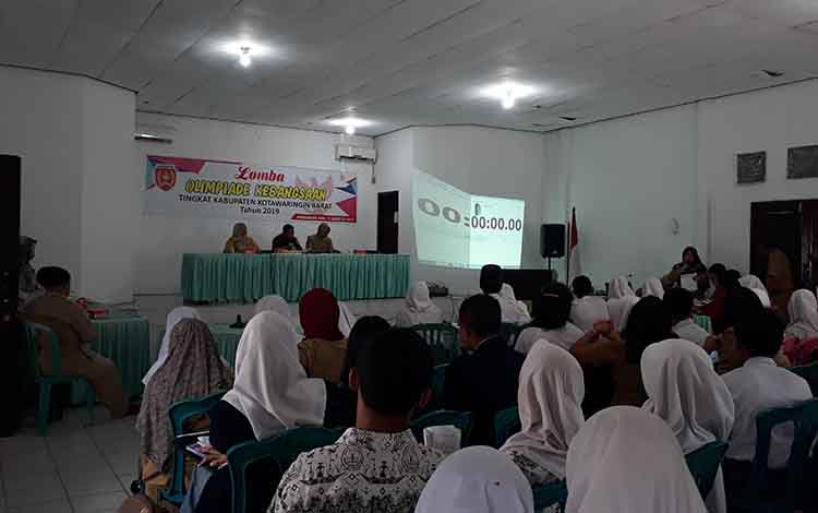 Peserta lomba Olimpiade Kebangsaan Tingkat Kabupaten Kotawaringin Barat, di Aula Gabungan Organisasi Wanita (GOW) Kobar, Selasa, 13 Agustus 2019.
