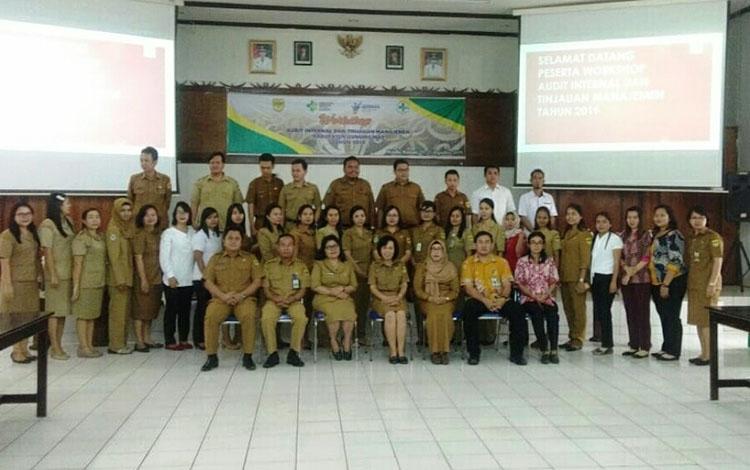 Kepala Dinas Kesehatan Kabupaten Gunung Mas, Maria Efianti dan lainnya berfoto bersama usai pembukaan kegiatan.