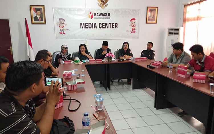 Bawaslu Kalteng ketika melakukan pertemuan dengan awak media, Selasa, 13 Agustus 2019.
