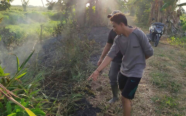 Tersangka pembakaran lahan di Desa Persil Raya, Kabupaten Seruyan, ZA, saat menunjukkan lahan yang dia bakar, Senin, 12 Agustus 2019.