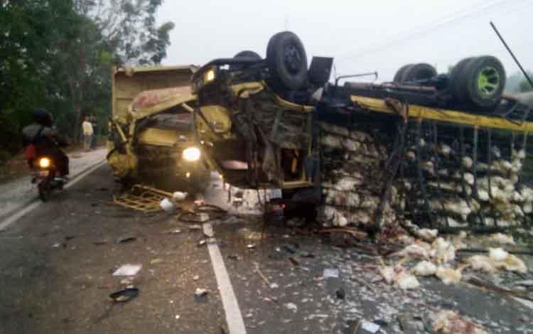 Truk pembawa ayam nampak terguling setelah bertabrakan dengan dump truk, Selasa, 13 Agustus 2019.