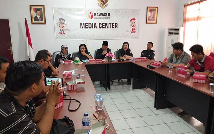 Bawaslu Kalteng menyampaikan ke awak media soal yang perlu dievaluasi dalam pelaksanaan pemilu, Selasa, 13 Agustus 2019.