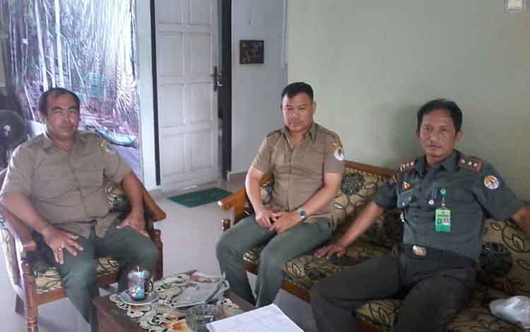 Kepala Seksi Pengelolaan Taman Nasional Sebagau wilayah III Katingan, Perie Ariesandi (kanan) bersama kepala Kepala Resort Mendawai, Deni Setiawan serta Kepala Resort Baun Bango, Hariyadi.
