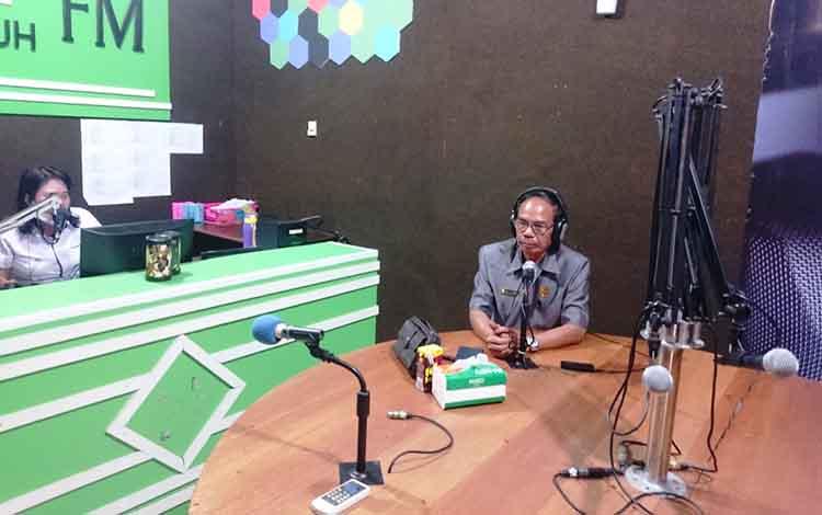 Ketua DPRD Kabupaten Gunung Mas, Gumer saat talkshow di Radio Hamauh FM
