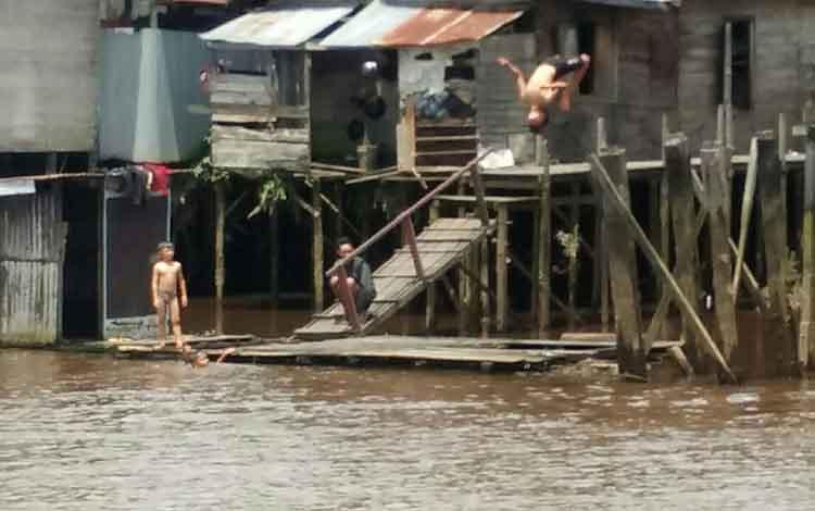 Sejumlah anak-anak saat mandi di tepian Sungai Mentaya.