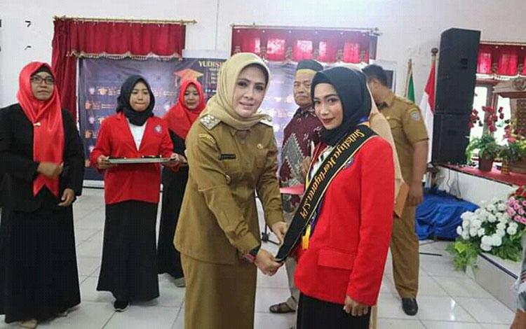 Wakil Bupati Seruyan Hj Iswanti Darwan Ali ketika memberikan ucapan selamat kepada mahasiswa Universitas Darwan Ali yang telah mengikuti proses Yudisium, Selasa 13 Agustus 2019.