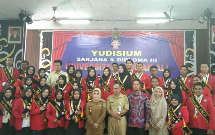 Wakil Bupati Seruyan, Hj Iswanti Darwan Ali bersama mahasiswa Universitas Darwan Ali Kuala Pembuang usai yudisium, Selasa 13 Agustus 2019.