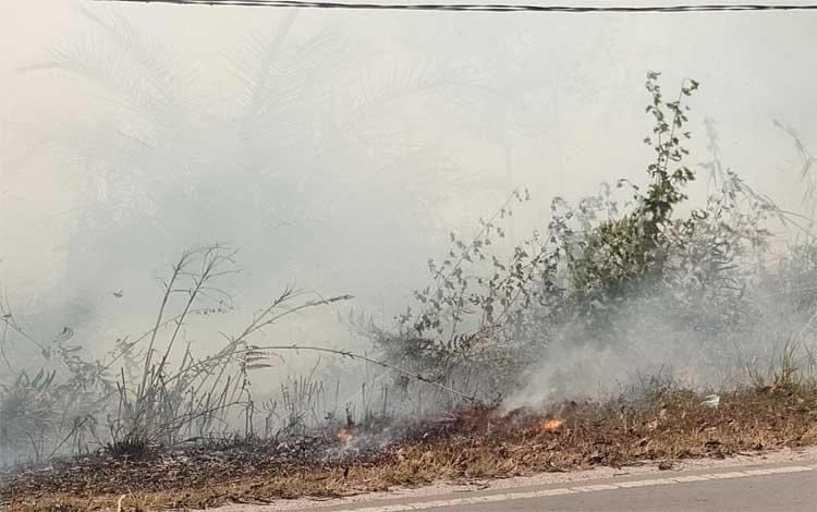 Kebakaran lahan saat melanda di kawasan Jalan Mahir Mahar lingkar luar Palangka Raya