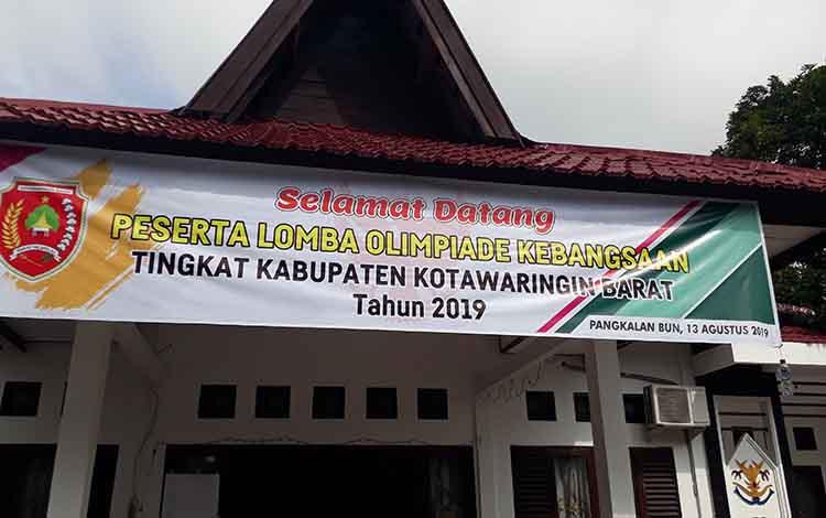 Spanduk Lomba Olimpiade Kebangsaan tingkat Kabupaten Kotawaringin Barat.
