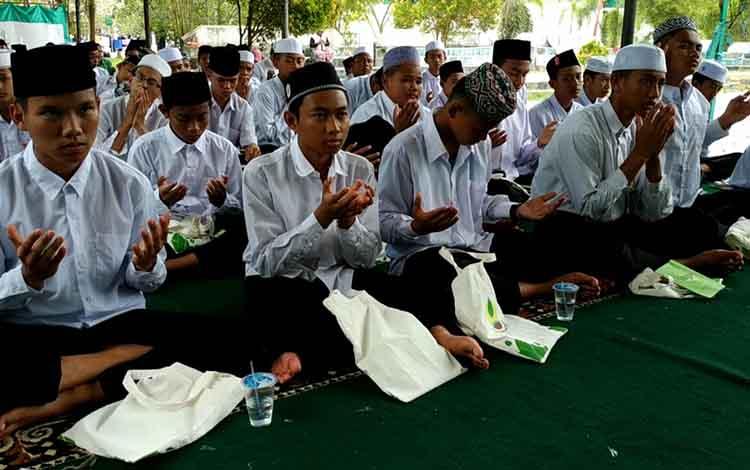 Sejumlah santri Pondok Pesantren Darul Amin Sampit saat doa bersama minta hujan, Selasa, 13 Agustus 2019.
